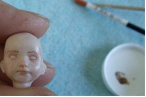 Puppenkopf wird bemalt