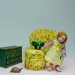 Kind - Puppenhauspuppe aus Porzellan